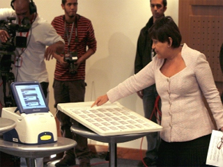 National Electoral Council President Tibisay Lucena demonstrating Venezuela's new Integrated Authentication voting system. (noticialdia).