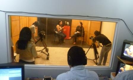 A view of the recording studio from the editing room (Tatuy TV)