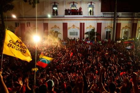 The crowd outside Miraflores presidential palace after the announcement of Chavez' re-election on 7 October (AVN)