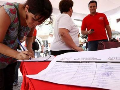 Venezuelans signing a petition on Sunday against the media distortions (agencies)