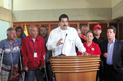 Vice President Nicolas Maduro with victims of the April 2002 coup (Prensa Presidencial)