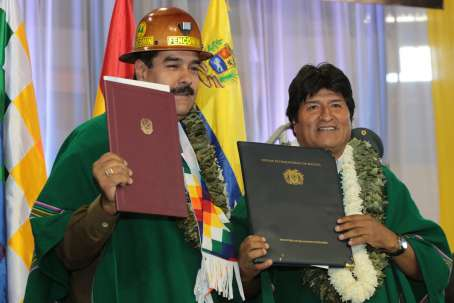 Venezuelan president Nicolas Maduro (left) with Bolivian president Evo Morales following the signing of agreements (AVN)
