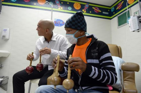 Patients receiving chemotherapy play the maracas at the JM de los Rios pediatric hospital in Caracas on September 26, 2013 (AFP/File, Juan Barreto)