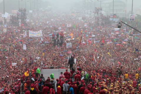 Hugo Chavez and supporters at Chavez's final campaign rally in Caracas on 4 October, 3 days before his reelection as president on 7 October (AVN)