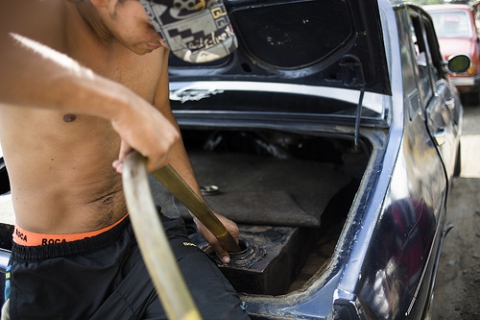 A smuggler fills a hidden gas tank in his car (Ramón Campos Iriarte, Federico Pardo)