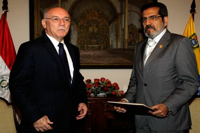 Venezuela's ambassador to Paraguay, Alfredo Murga (right), presenting his credentials to Paraguay's foreign ministry (EFE)