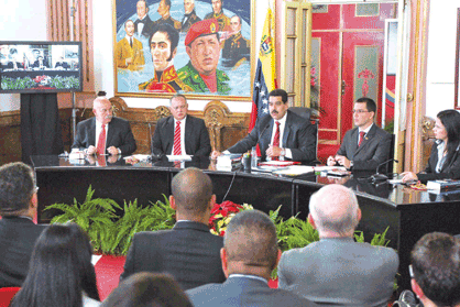 Maduro (centre) announcing the minimum wage increase yesterday (Luis Bobadilla)