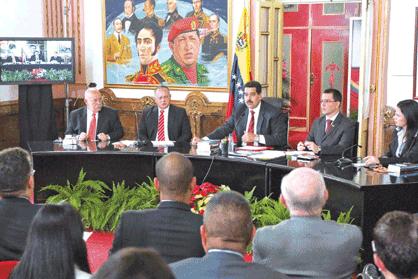 Maduro (centre) announcing the minimum wage increase yesterday (Luis Bobadilla)