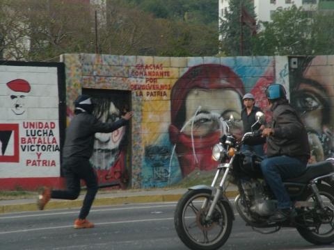 They also threw rocks at motorists, forcing them to turn back (Tamara Pearson / Venezuelanalysis.com)