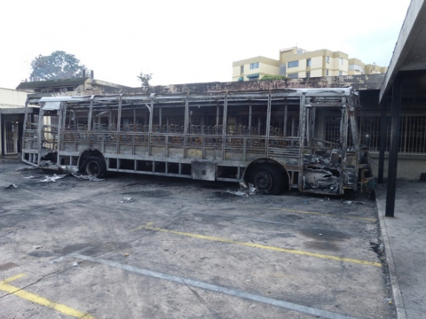 The remains of a bus after the attack on the campus of the National Experimental University of the Armed Forces (UNEFA) in San Cristobal, Tachira. (AVN)