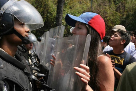 Opposition marchers in Caracas on Wednesday 12 March argue with the National Guard (EDSAU OLIVARES / El Universal)