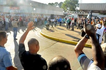An outdoor worker assembly in the Alcasa steel factory, August 2011 (Prensa Alcasa)