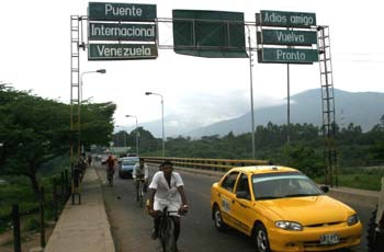 """Bye friend, return soon"", says the sign at one of Venezuela's border points (archive)"