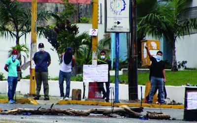 Opponents of Venezuela's socialist government stand guard at a street barricade in the provincial capital of Mérida. (Ryan Mallett-Outtrim/Venezuelanalysis)