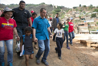 In the barrio of Antimano in Caracas, Vice President Jorge Arreaza participated in a house to house visit where high risk housing was evaluated. (Ciudad CCS)