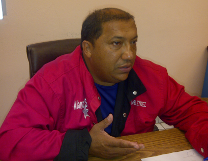 While Sidor Workers' Union Secretary José Meléndez (top) announced the completion of a new collective workers' contract, other union members continued protests as scheduled (below) (Aporrea, Correo del Caroni)
