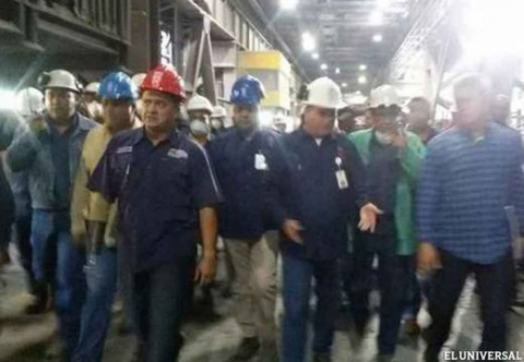 Minister of Industry José David Cabello conducted a tour of the plant with workers (El Universal)