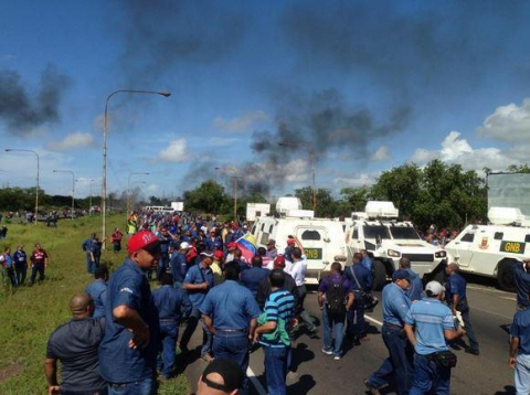 The protests focused on continued delays in the negotiation of a collective workers' contract with the national government (@ClavelRangel)