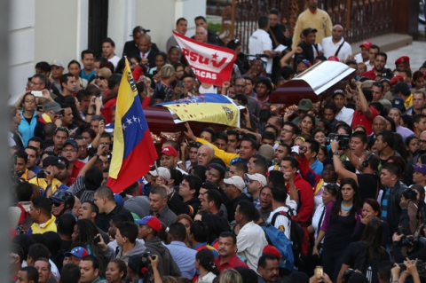 Thousands of Venezuelans descended upon central Caracas yesterday to pay honor to the lives of Robert Serra and Maria Herrera, and to condemn the acts of violence.  A motorcade of cars and motorcycles filled the shut down traffic late yesterday afternoon, and thousands of people stood in lines - even through a heavy downpour - to offer their condolences. (AVN)