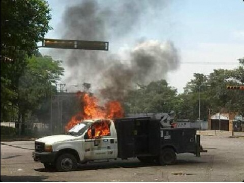 The group also set fire to a vehicle belonging to state water company, Hidrosuroeste, earlier in the day (entornointeligente).