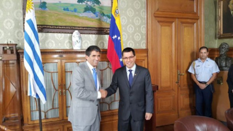 """Venezuelan Vice President Arreaza meets with his Uruguayan counterpart Raul Sendic, who has reiterated Montevideo's rejection of """"any type of foreign interference"""" in Venezuela's internal affairs (ViceVenezuela)"""