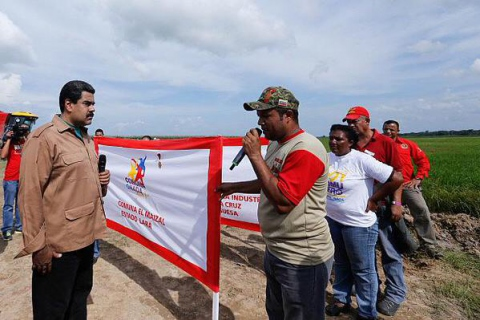 President Maduro presents the commune El Maizal with greenhouses to award their effort in combating the economic war through communal food production. (VTV/ aporrea.org)
