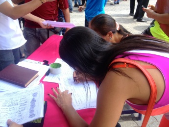 On April 27th, the Venezuelan opposition took its first steps toward recall referendum by collecting signatures from 1% of the electorate as part of the requirement to begin the process. (Rachael Boothroyd Rojas/Venezuelanalysis)