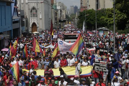 Chavista university students march in defense of public education. (AVN)
