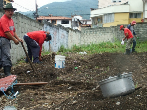 Community members working in the La Columna community garden, Merida, Venezuela. (Tamara Pearson)
