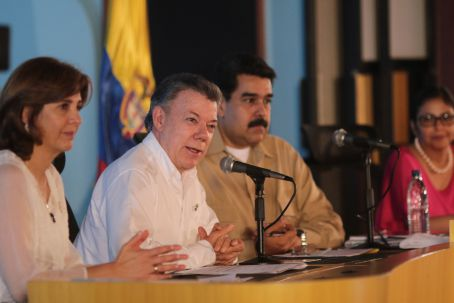 Colombian President Juan Manuel Santos (C) and Venezuelan President Nicolas Maduro (R) agreed to reopen their countries' shared border for 15 hours this weekend. (Prensa Presidencial)