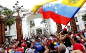 A crowd of government supporters gathers outside the National Assembly in Caracas to voice their opposition to right-wing attempts at impeachment, Oct. 23, 2016 (Telesur).