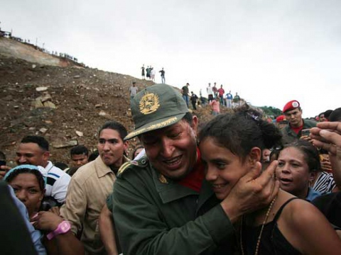President Hugo Chávez with residents of the Caracas barrio of Antímano. (Archive)