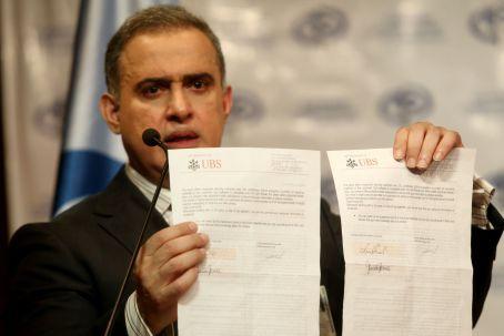 Venezuelan prosecutor Tarek William Saab displays documents allegedly linking legislator German Ferrer with UBS accounts in the Bahamas. (AVN)