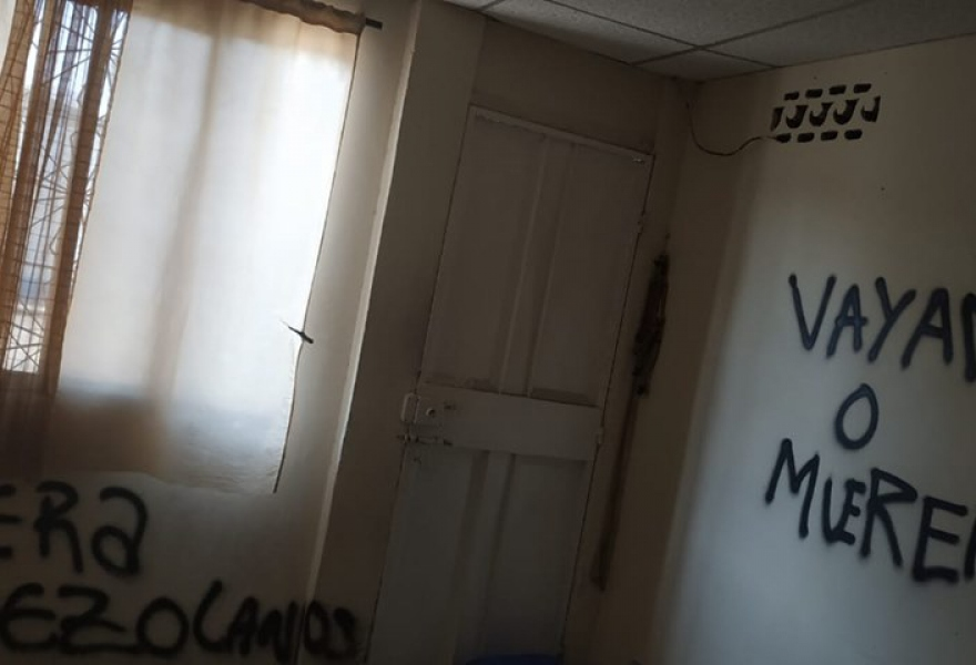 """Leave or Die"" reads the wall on the right, and ""Leave Venezuelans"" on the left. (Alban Torres / Facebook)"