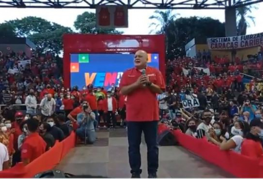 Candidate Diosdado Cabello holds a campaign rally in Caracas. Critics have pointed out the lack of COVID-19 social distancing. (VTV)