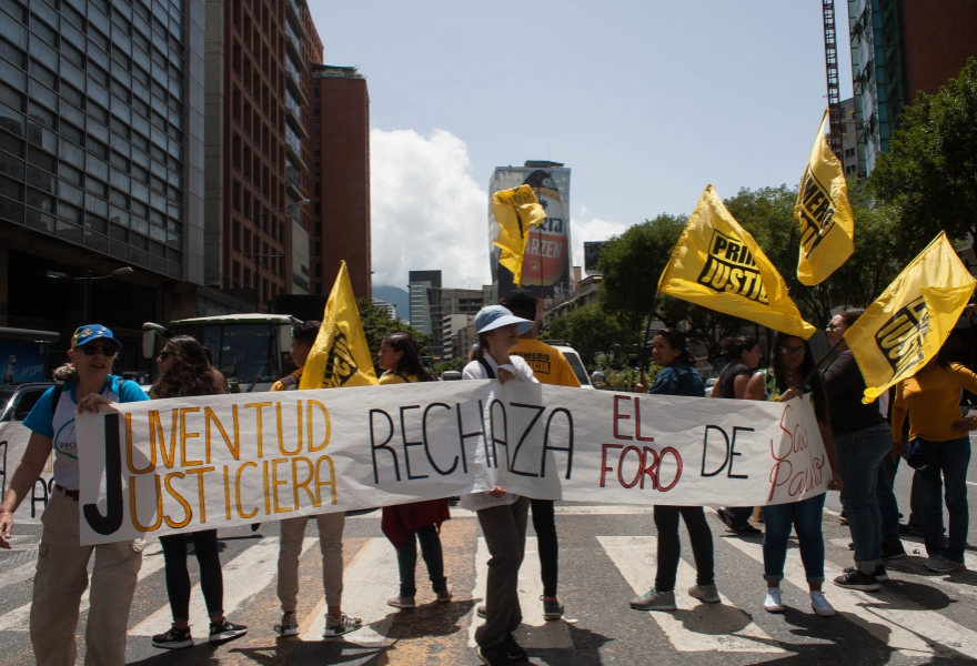 A small picket of right wing activists made their opinion felt in Caracas rejecting the Forum. (Mairet Chourio)