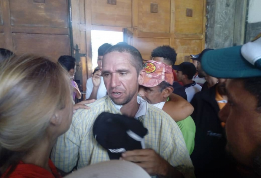 Popular mobilization on-site and through social media secured the campesinos' release in the early afternoon. (@Lucha_Campesina)
