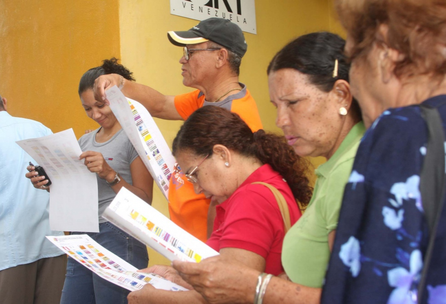 Voters review the ballot during Sunday's simulation (AVN)