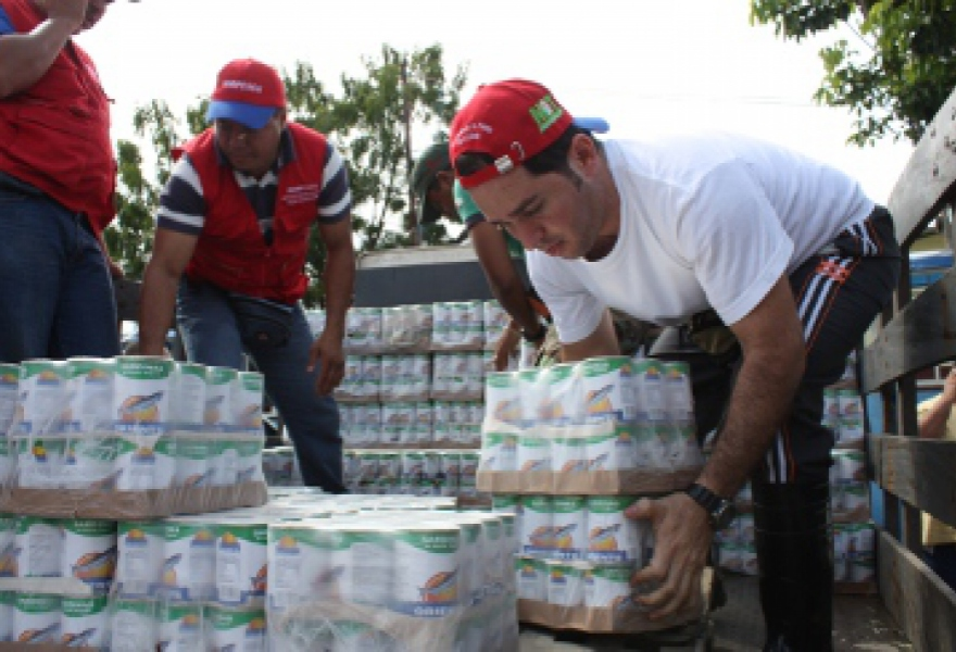 State workers stack canned sardines to be distributed to people displaced by the rains and mudslides (INSOPESCA)