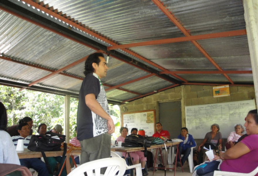 Juan Esteban Lopez facilitates a meeting of the National Network of Exchange Systems in Macanillas, Falcón (Gregory Wilpert)