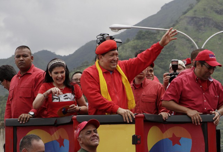 Venezuelan president Hugo Chavez addressed thousands of supporters from his campaign caravan (AVN)