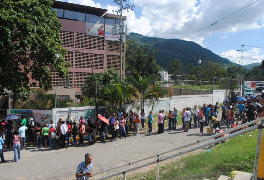 Although voting centres closed at 3pm, people were still queuing at 2 pm (Rachael Boothroyd - Venezuelanalysis)