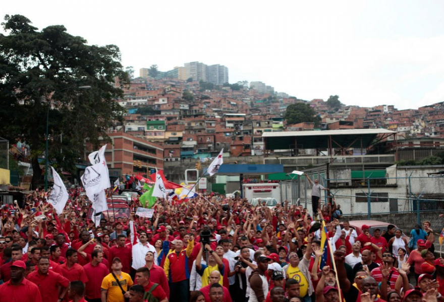 A very small part of the Caracas march, with the barrio in the background (AVN).