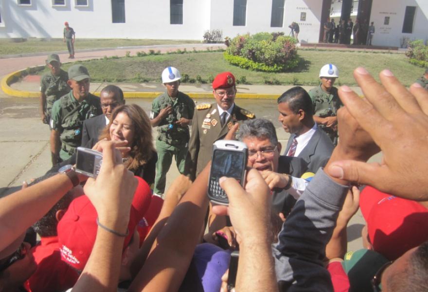 Venezuelan foreign minister Elias Jaua greeting the crowd (Ewan Robertson / Venezuelanalysis.com)