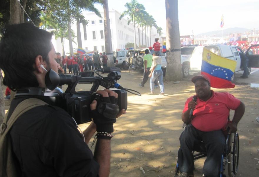 A man explaining how Chavez had changed Venezuela (Ewan Robertson / Venezuelanalysis.com)
