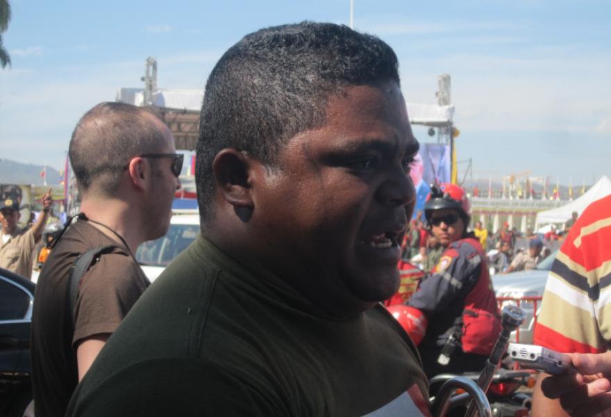 Escalona explaining the impact Chavez has had on the lives of Venezuelans (Anabel Izarra / Venezuenalaysis.com)