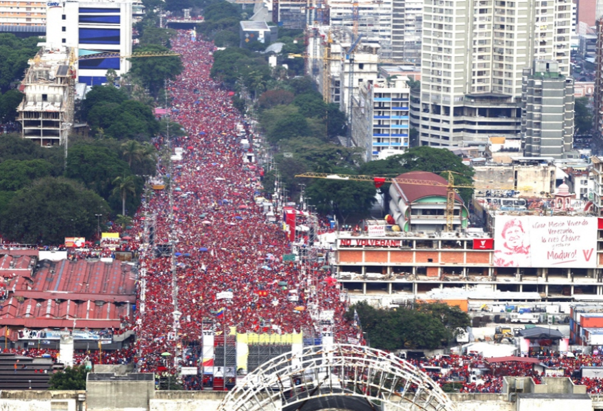 "Billboards in tribute to Chavez and declaring ""they won't return"" (in reference to Venezuela's old ruling class) surround a packed Avenida Bolivar (Alex Guzman / AVN)"