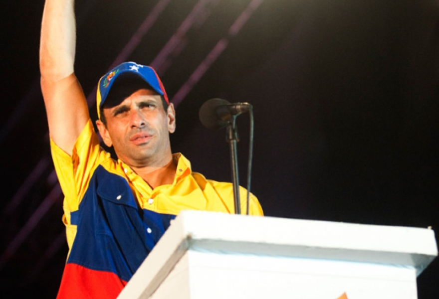 Capriles waving to supporters (Raul Arboleda / AFP)