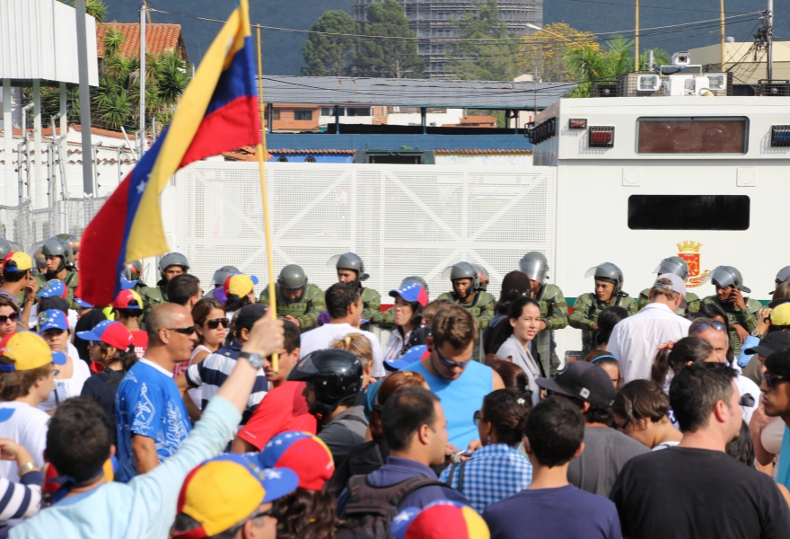 An opposition protest outside the CNE offices in Merida (Ryan Mallett-Outtrim/Venezuelanalysis)