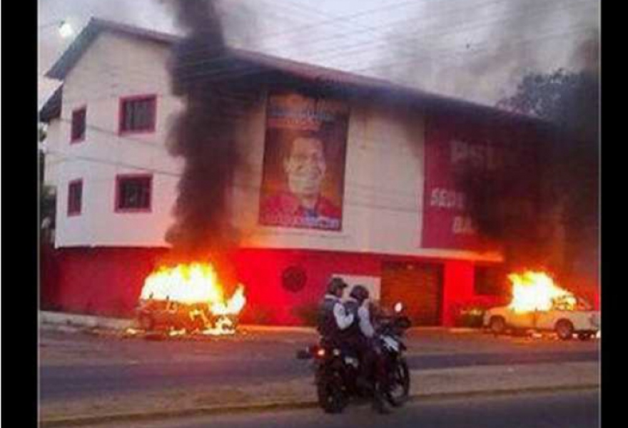 Cars set on fire outside the PSUV offices in Barinas